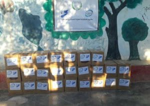 Empilement de cartons de dons humanitaires